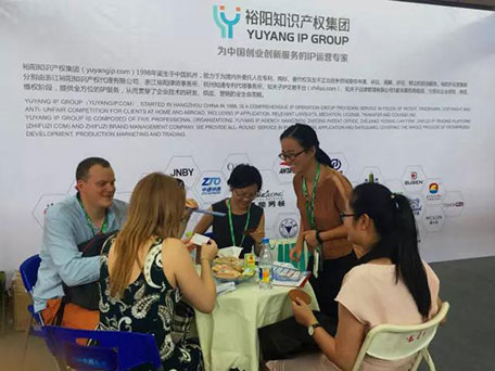 裕阳工作人员与其他代表洽谈合作